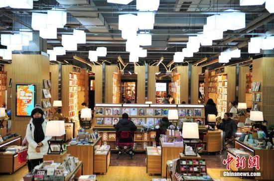资料图:民众在书店内阅读。 记者 于海洋 摄