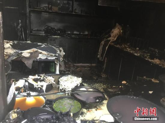 """资料图:浙江天台县""""2·5""""火灾现场满屋狼藉。记者 何蒋勇 摄"""