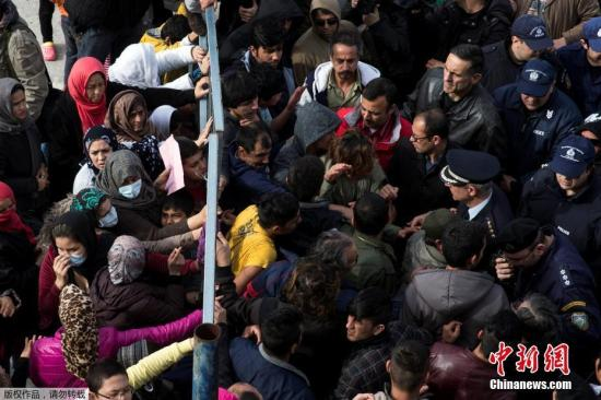 当地时间2017年2月6日,希腊雅典,当地警察试图驱散生活在废弃的Hellenikon机场内的难民,遭到难民抵抗。
