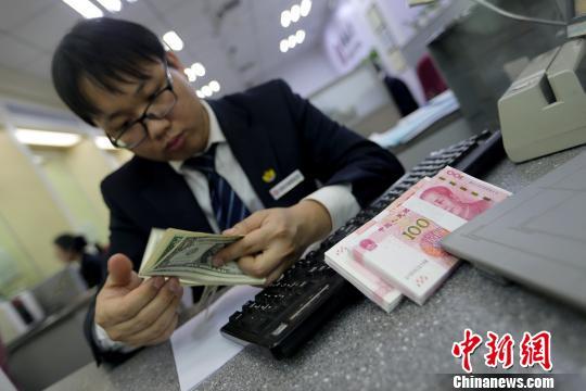 山西太原,银行工作人员正在清点货币。 张云 摄