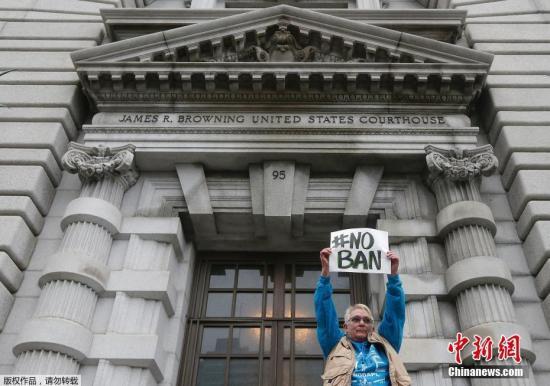 2月6日,在美国旧金山,第九巡回上诉法院大楼外抗议者。连日来,已有127家美国企业向美国联邦第九巡回上诉法院联名递交陈述书,反对美国总统特朗普颁布入境限制行政命令,认为类似限制有损美国企业的竞争力。