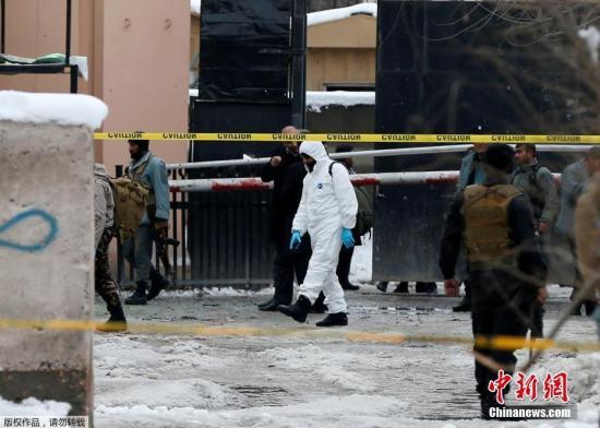 2月7日,在阿富汗喀布尔,安全人员在爆炸袭击现场警戒。