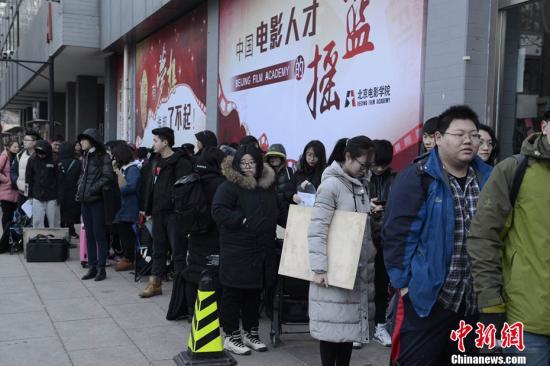 2月8日,北京电影学院2017年度招生考试开始,考场外帅哥美女如云。今年北京电影学院总报考人次达38144人次,同比去年增加7744人次,增长25.5%再创历史新高。记者 富宇 摄