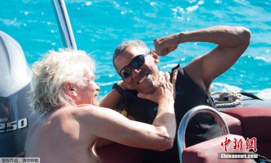 当地时间2月7日,英属维京群岛蚊子岛,美国前总统奥巴马在蚊子岛度假,和英国商人理查德·布兰森一起冲浪。