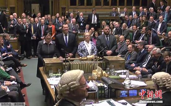 """资料图:英国议会下议院投票通过政府提交的""""脱欧""""法案,并将法案移交给上议院审议。"""