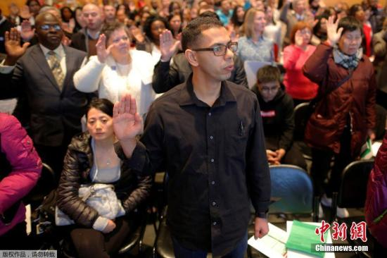 资料图:美国波士顿,200多名移民参加入籍仪式,正式成为美国公民。