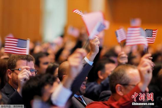 当地时间2017年2月8日,美国波士顿,200多名移民参加入籍仪式,正式成为美国公民。