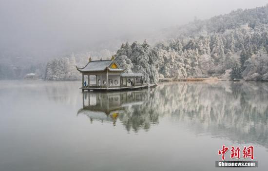 资料图:2月8日开始,世界名山庐山迎来新春第一场雪。9日,漫山白雪将庐山包裹,山间云雾笼罩。 卫岌 摄