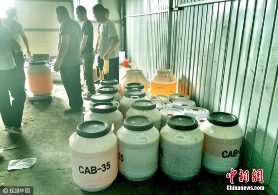 资料图:贵阳警方跨省突袭制毒工厂,缴获近1吨制毒原料。 图片来源:视觉中国
