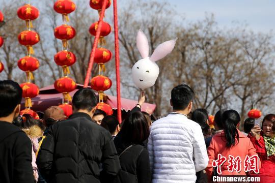 西安民众热闹赶庙会。 张远 摄
