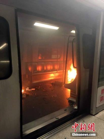 2月10日,香港铁路尖沙咀站10日晚上繁忙时间发生火警, 截至晚上8时许,特区政府新闻处提供的消息显示,暂有11人受伤,当中6人已经送往医院。有现场消息指,火警已被扑灭。 当晚约7时15分,警方接报指,香港铁路荃湾线一列列车由金钟前往尖沙咀站,进站后车厢起火,有火有烟。 <a target='_blank' href='http://www.chinanews.com/'>中新社</a>记者 洪少葵(通联) 摄
