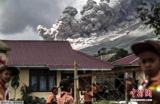 当地时间2017年2月10日,印度尼西亚卡洛,印尼锡纳朋火山爆发。村镇内的小学生在教室外玩耍。