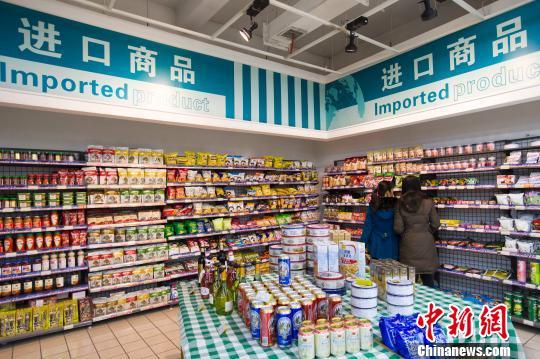 资料图:山西太原,民众在超市选购进口食品。 张云 摄