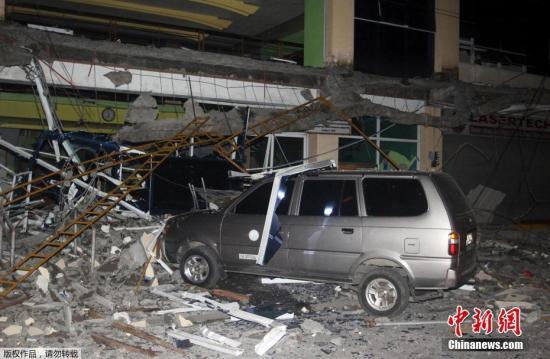 当地时间2017年2月10日,菲律宾苏里高市,发生6.7级地震,导致数人死亡,大量房屋倒塌,居民撤离。