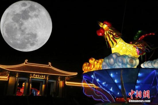 """2月11日晚,甘肃平凉,一轮皓月悬挂夜空,呈现出""""十五的月亮十五圆""""的景象。郑兵 摄"""