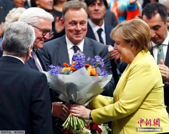资料图:德国总理默克尔(右)。