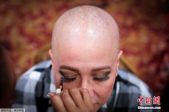 当地时间2017年2月11日,美国纽约时装周上迎来一群特殊的模特,她们都是身处癌症晚期的患者。图为来自德克萨斯州North Richland Hills的癌症患者Carolyn Murrah正在化妆。