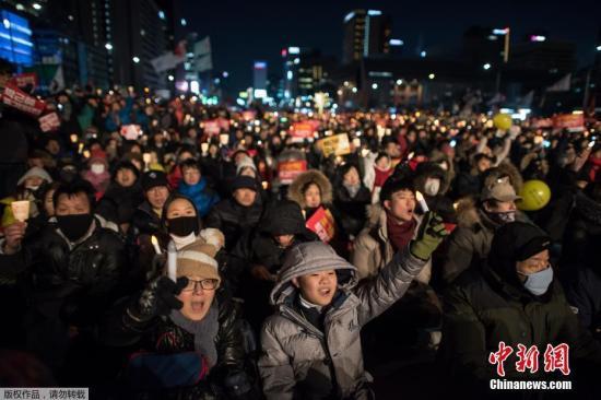 当地时间2月11日,在韩国首尔,朴槿惠的支持者参加集会。就韩国总统弹劾案一事持支持或反对意见的韩国民众11日分别举行集会,一方要求宪法法院尽快通过总统弹劾案,另一方则要求驳回弹劾案。