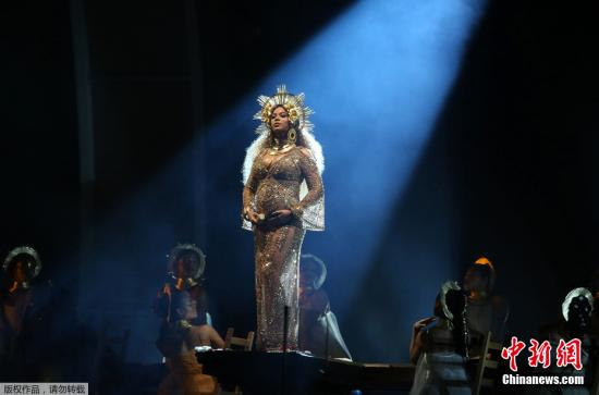 2月13日,第59届格莱美颁奖礼在美国洛杉矶举行。孕妈碧昂斯挺着大肚子登台表演,无论装扮还是灯光,都让碧昂斯显得美轮美奂,分分钟美哭观众。