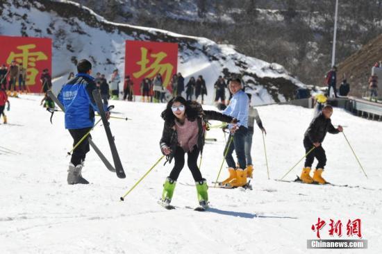 2月13日,大量民众在江西省铜鼓县七星岭野外滑雪场进行滑雪运动,体验冰雪魅力。当天,由江西省体育局、江西省体育总会主办的2017年江西省群众冬季运动推广普及系列活动在此举行,活动吸引了大量冰雪运动爱好者前来体验、游玩。七星岭野外滑雪场是江西省首家野外高山滑雪场,位于江西省宜春市铜鼓县排埠镇七星岭,海拔高度1480米,可容纳3500人同时滑雪嬉戏游玩,让南方人在家门口体验冰雪运动的魅力。 刘占昆 摄