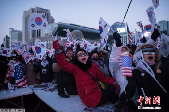 """反对朴槿惠继续任总统的集会上,韩国民众示威者高喊""""2月弹劾朴槿惠!""""的口号,敦促宪法法院加速审理弹劾总统案。"""