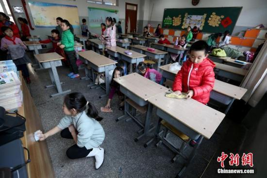 2月13日,山西太原新建路小学的小学生们开始返校上课。当日,中国多地中小学校陆续开学,孩子们重返课堂开始新学期的课程。张云 摄