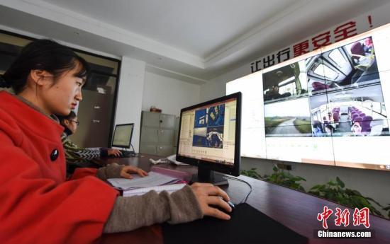 """2月14日,新学期伊始,覆盖江西省新余市的200多辆""""智慧校车""""开始运行。新余市于2016年利用物联网和大数据技术搭建平台,在江西省率先建立校车""""全程录像、动态监控、定时查询、轨迹回放""""智慧管理模式,为学生筑牢交通安全""""防火墙"""",平台和家长可实时查看校车行驶轨迹,随时随地掌握孩子上下学的状态。截至目前,该市""""智慧校车""""系统接入全市170所幼儿园,100%覆盖含县、区在内的224辆校车,有效规范了校车驾驶行为,减少了校车事故隐患。赵春亮 摄"""