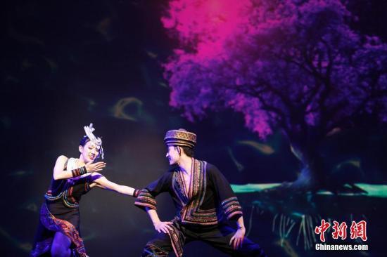 """当地时间2月13日晚,2017""""文化中国・四海同春""""北美代表团在加拿大温哥华女王剧院上演大型歌舞剧《传奇》,为温哥华华侨华人送上新春祝福。演出团由中央民族歌舞团为主组成,同时包括有王宏伟、吕薇等中国内地一流歌唱家。此次演出由中国国务院侨务办公室、中国海外交流协会主办,温哥华中华会馆承办。图为仡佬族歌舞。 <a target='_blank' href='http://www.chinanews.com/'>中新社</a>记者 余瑞冬 摄"""