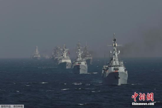 """当地时间2月13日至14日,由中国海军第二十四批护航编队指挥员柏耀平、政委周平飞率领的哈尔滨舰、邯郸舰和东平湖舰,参加了巴基斯坦倡导组织的""""和平-17""""多国海上联合演习。"""