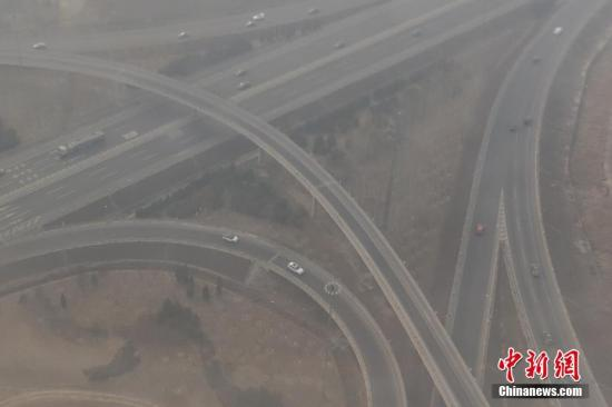 资料图:2月15日,北京当日迎来新一轮雾霾污染高峰,主要城区空气污染指数普遍逼近或超过300,当地也在14日10时发布了空气重污染黄色预警。 <a target='_blank' href='http://www.chinanews.com/'>中新社</a>记者 崔楠 摄
