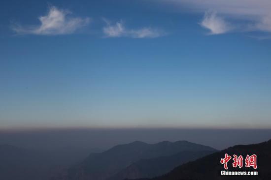 2月15日,山西沁水县,在海拔2300多米的历山上眺望,雾霾与蓝天的分界线明显,周边城市笼罩在雾霾当中。武俊杰 摄