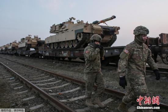 当地时间2月14日,罗马尼亚康斯坦察,第一批美军士兵及其军事装备已到达美国设在罗马尼亚黑海海滨地区附近的康斯坦察军事基地。预计,将有500名美军士兵驻扎在罗马尼亚。