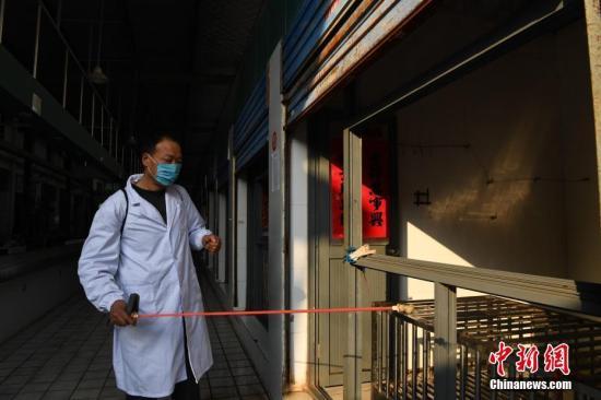 资料图:2月16日,安徽合肥王卫社区卫生防疫工作人员对活禽市场进行喷洒消毒药水消毒。 <a target='_blank' href='http://www.chinanews.com/'>中新社</a>记者 韩苏原 摄