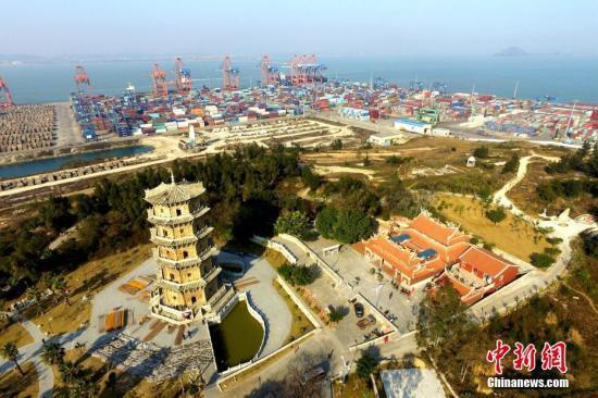 """2月16日,位于福建省石狮市蚶江镇石湖村的""""六胜塔""""和""""石湖码头""""正在进行维护修缮。该塔和码头作为""""古泉州(刺桐)史迹""""之一将一起申报2018年世界文化遗产。""""古泉州(刺桐)史迹""""系列遗产是泉州在以""""刺桐""""的代称闻名于世的宋元时期(960-1368),在""""海上丝绸之路""""进入繁盛阶段的背景下,产生并遗留至今的与海洋商贸、海洋文化相关的诸多史迹与遗址。 王东明 摄"""