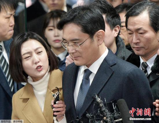 韩国法院2月17日签发对三星电子副会长李在�F的逮捕证。这是三星成立以来掌门人第一次被批捕。韩国亲信门独立检察组计划以逮捕李在�F为契机,在剩下的调查时限内重点调查涉嫌受贿的总统朴槿惠。图为当地时间2月16日,三星集团领导人李在�F现身特别检察官办公室,出席法庭聆讯。