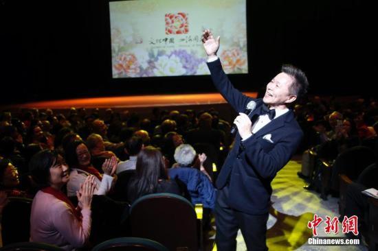 """由中央民族歌舞团为主组成,中国内地知名歌唱家王宏伟、吕薇加盟的这支艺术团队,呈献了一台高水准的""""海外春晚""""。图为有""""西部歌王""""美誉的王宏伟走入观众席中放歌。 <a target='_blank' href='http://www.chinanews.com/'>中新社</a>记者 余瑞冬 摄"""