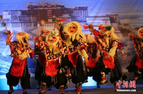 中国驻尼泊尔大使馆2月16日晚在加德满都举行藏历火鸡新年招待会,邀请旅尼藏胞共同欢庆传统佳节。图为藏戏表演。<a target='_blank' href='http://www.chinanews.com/'>中新社</a>记者 张晨翼 摄