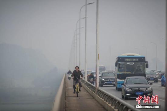 2月17日,一位市民在雾霾中骑行。 胡超群 摄