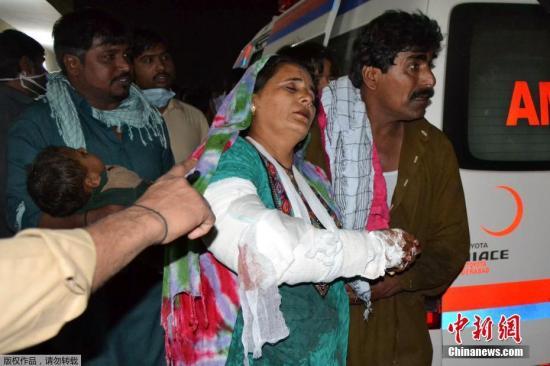 据巴基斯坦《黎明报》等媒体报道,爆炸发生时该宗教场所内有数百人,他们正在举行宗教活动,而袭击者在人群中引爆了爆炸物。