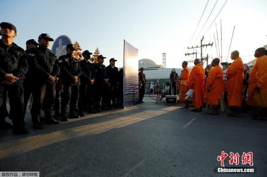 据估计,在泰国该寺内的僧众和信徒大约有1000名左右。
