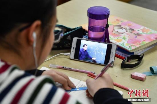 资料图:寒假里学生在写作业。 中新社记者 任东 摄