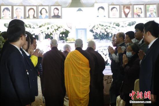 """2月18日晚,台湾""""2・13""""游览车事故罹难者""""头七法会""""在台北第二殡仪馆举行。<a target='_blank' href='http://www.chinanews.com/'>中新社</a>记者 陈小愿 摄"""