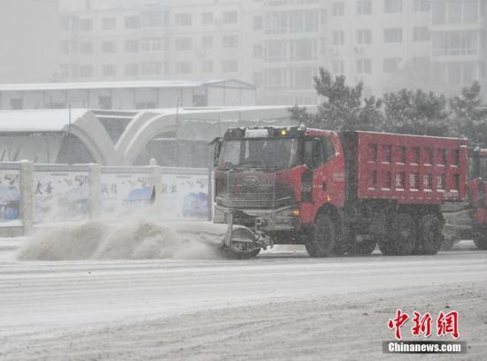 2月19日,吉林省迎来春节后首次大规模降雪天气。图为清雪车清扫积雪。张瑶 摄