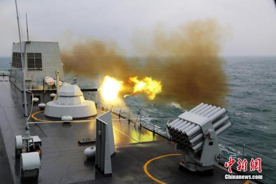 资料图:2月中旬,南海舰队某登陆舰支队组织春节过后首次编队出海训练。图为副炮对海射击。 <a target='_blank' href='http://www.chinanews.com/'>中新社</a>记者 顾亚根 摄