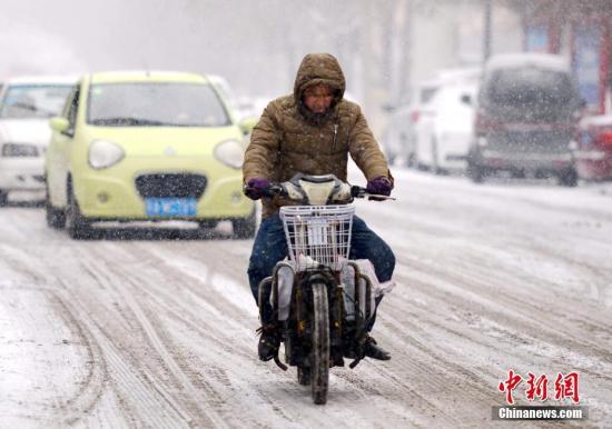 """资料图:2月19日,新一轮强降雪天气再度""""光临""""新疆乌鲁木齐市。 <a target='_blank' href='http://www.chinanews.com/'>中新社</a>记者 刘新 摄"""