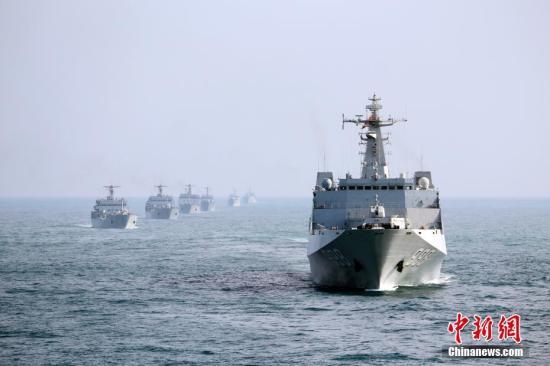 资料图:2月中旬,南海舰队某登陆舰支队组织春节过后首次编队出海训练。图为编队运动。 <a target='_blank' href='http://www.chinanews.com/'>中新社</a>记者 顾亚根 摄