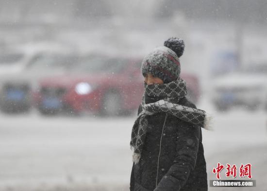 2月19日,吉林省迎来春节后首次大规模降雪天气,东南部地区普降大到暴雪。图为市民穿着厚衣出行。张瑶 摄