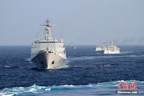 资料图:2月中旬,南海舰队某登陆舰支队组织春节过后首次编队出海训练。<a target='_blank' href='http://www.chinanews.com/'>中新社</a>记者 顾亚根 摄