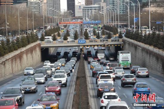 2月20日,北京市中小学正式开学,市区早晚高峰时段交通压力明显增加,其中早高峰时段提前到7点,且持续时间延长。记者获悉,为应对早晚高峰重归常态,公交、地铁等部门采取增发车次、加开临客等措施,满足市民出行需求。图为农展桥附近大批车辆排长龙。中新网记者 金硕 摄