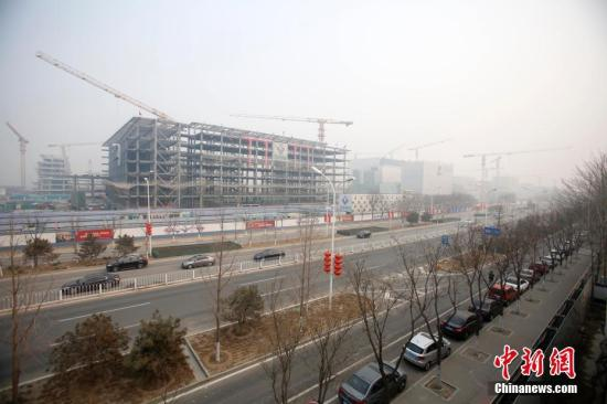 资料图:北京城市副中心建设工地一派繁忙。中新社记者 韩海丹 摄